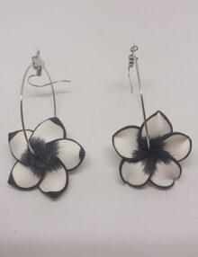 Virágos lógós karikás fülbevaló kicsi - színes szélű fekete