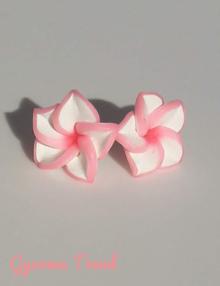 Gyurma trend - bedugós fülbevaló színes szélű világos rózsaszín